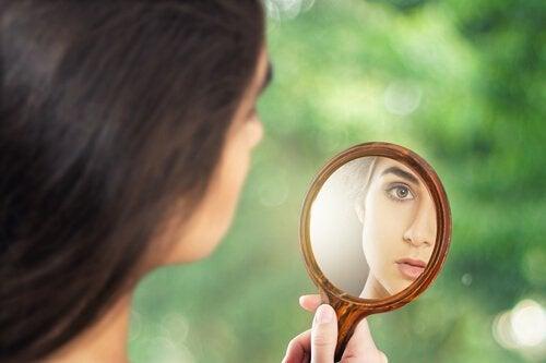 mulher-olhando-espelho