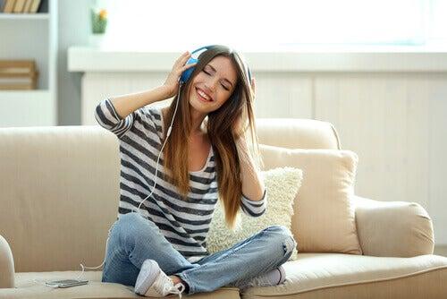 mulher-escutando-musica