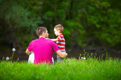 pai-falando-com-seu-filho-na-grama