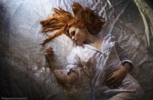 A agonizante e inofensiva paralisia do sono