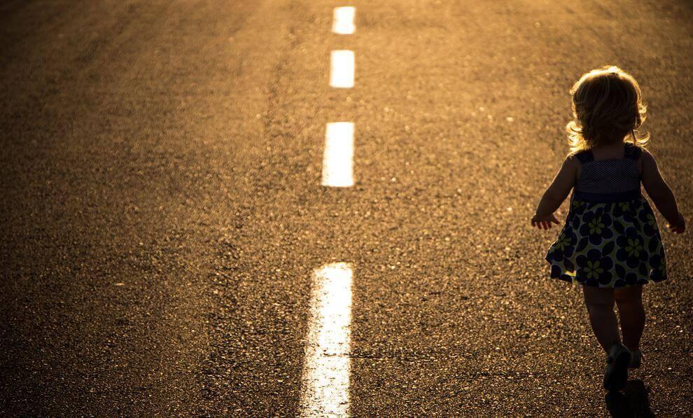 crianca-sol-asfalto