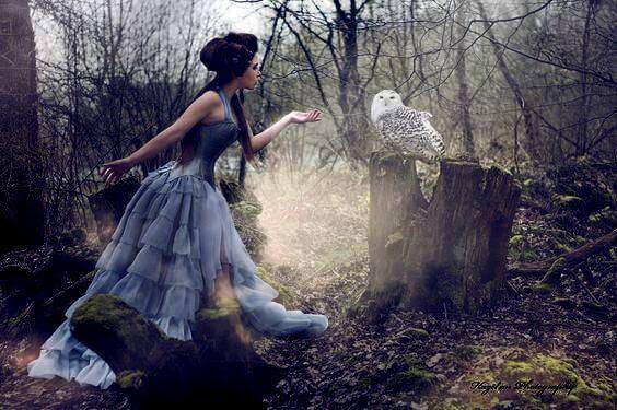mulher-com-coruja-na-floresta