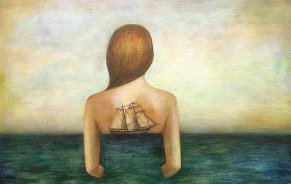 mulher-barco-nas-costas