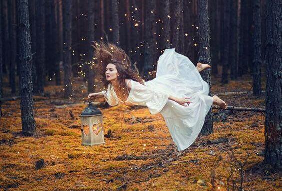 mulher-flutuando-floresta