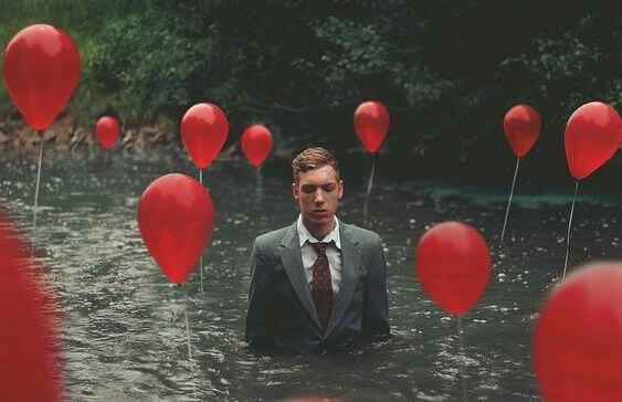 homem-com-baloes-vermelhos