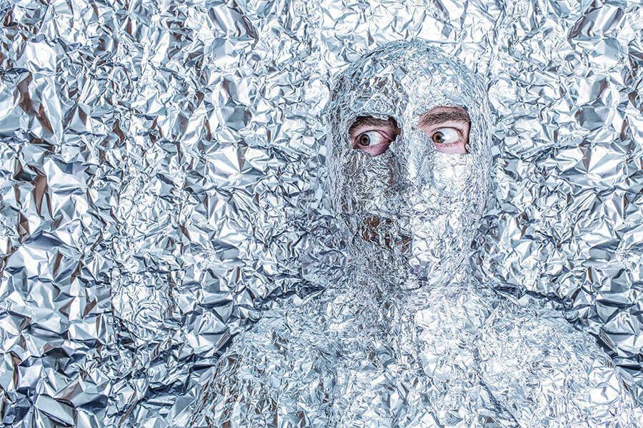 homem-coberto-de-papel-aluminio
