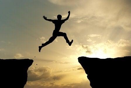 homem-pulando-motivado
