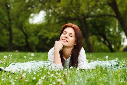 mulher-relaxando-natureza