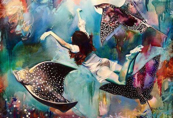 mulher-nadando-com-raias