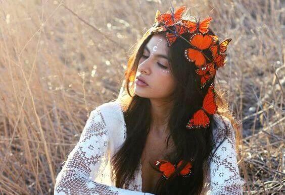 mulher-com-coroa-de-borboletas