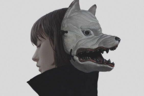 mulher-com-uma-mascara-de-lobo