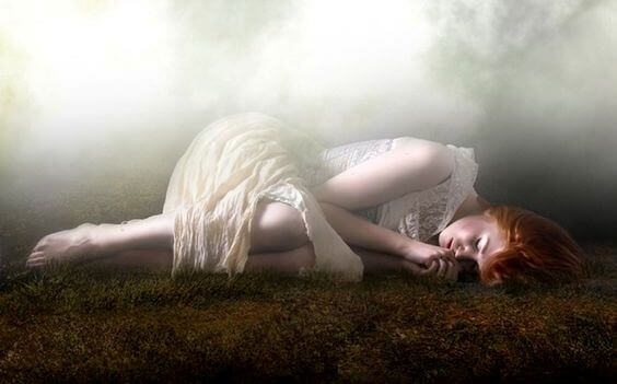 mulher-deitada-vestido