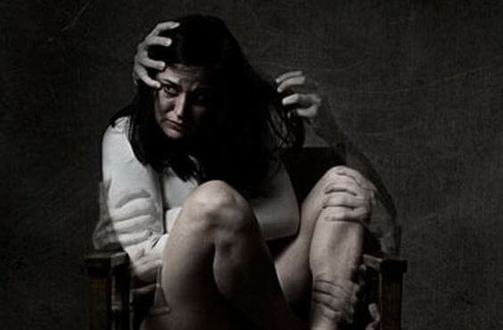 mulher-sentada-medo-maos