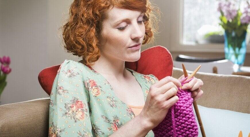 mulher-tricotando