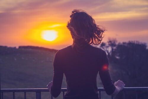 mulher-calma-observando-paisagem