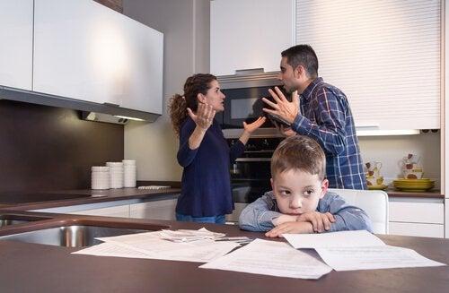 pais-discutindo