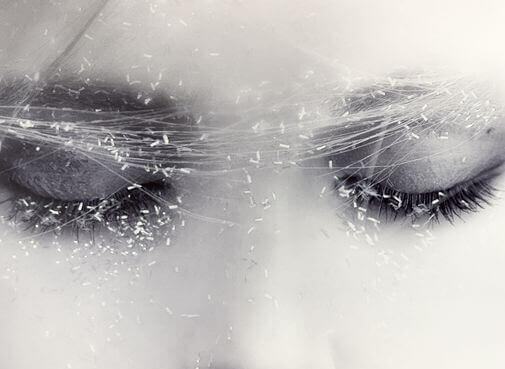 mulher-olhos-fechados