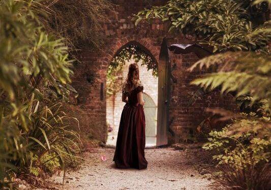 mulher-porta-jardim