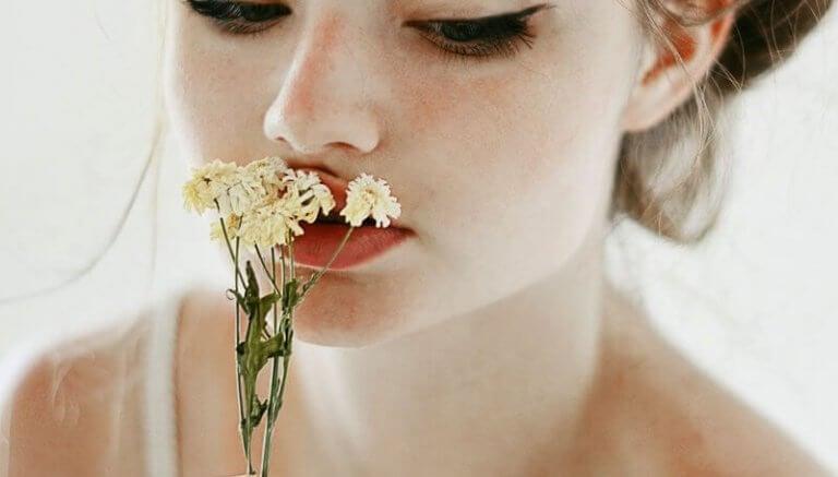 menina-com-flor-nos-labios