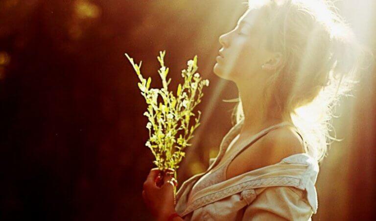 mulher-flor-raio-de-sol