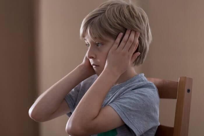 menino-tampando-ouvidos