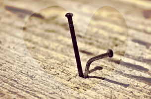 Um prego não remove outro: o que retira é o martelo que o pregou