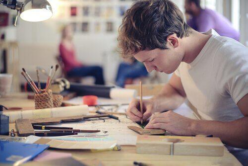 jovem-desenhando