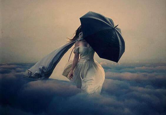 mulher-andando-nas-nuvens