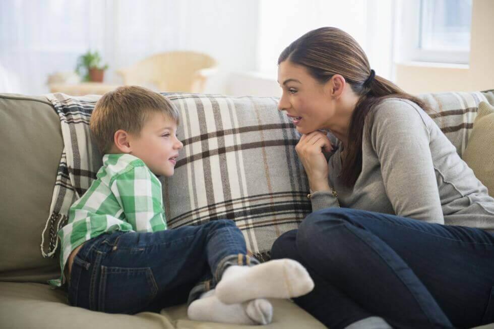 mae-conversando-com-filho