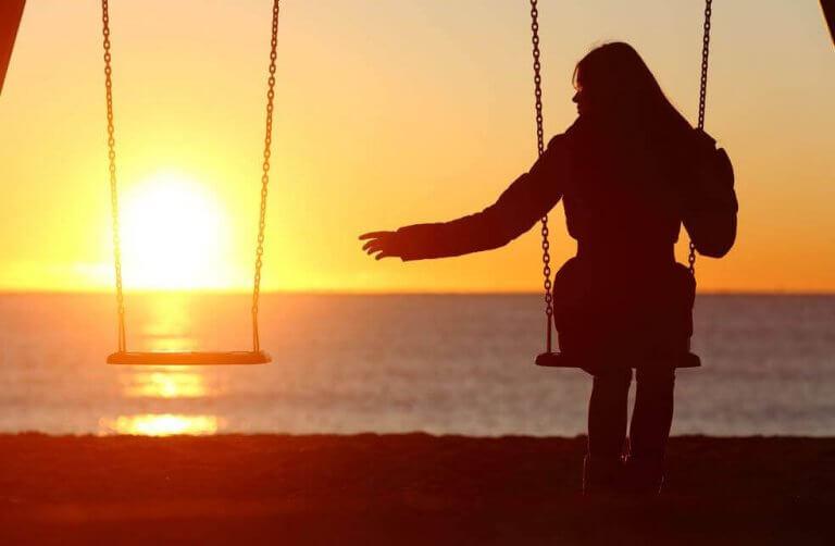 mulher-sozinha-em-balanco