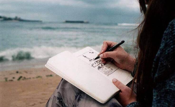 mulher-escrevendo-praia