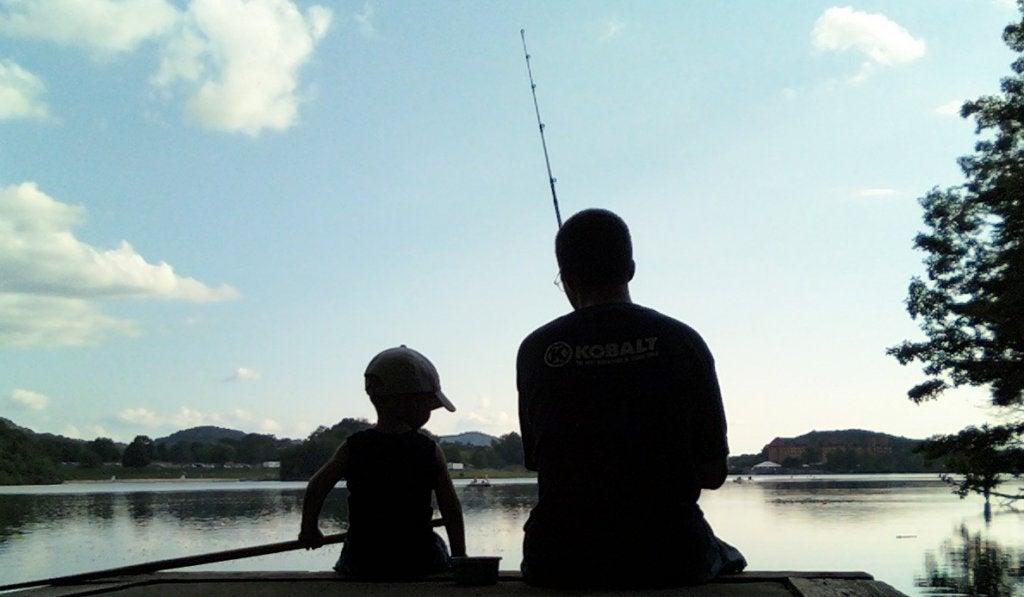 pai-e-filho-pescando