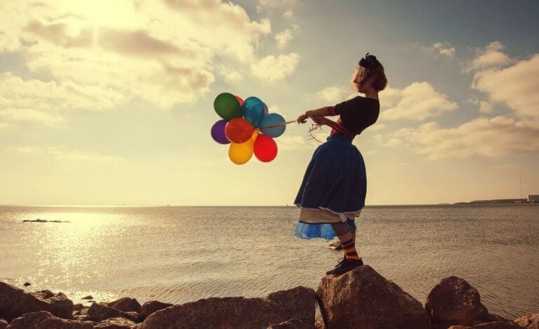 mulher-com-baloes-coloridos