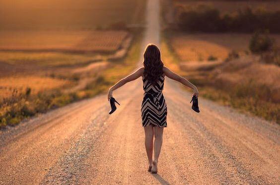 mulher-caminhando-sem-sapatos