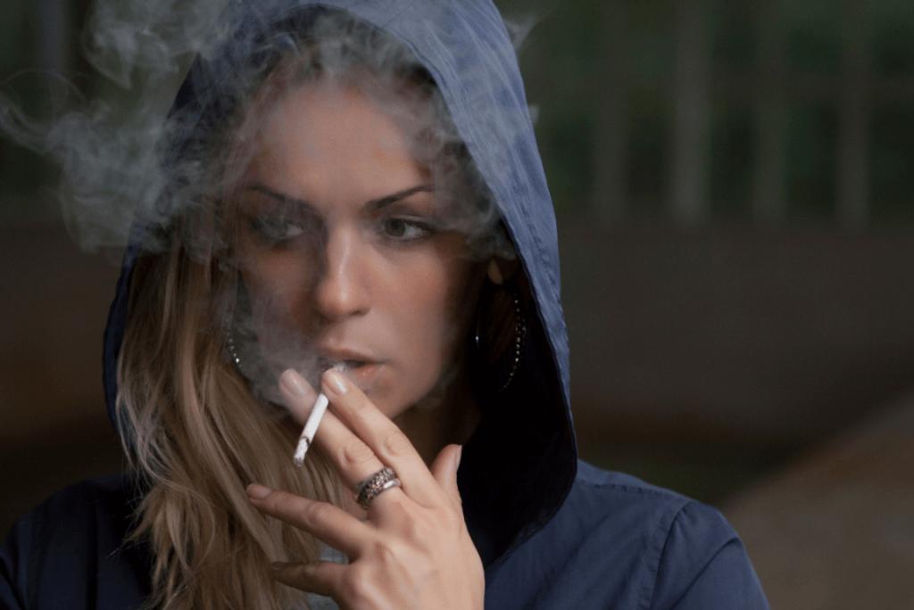 Que papel a sensibilidade à ansiedade desempenha no consumo de cigarro?
