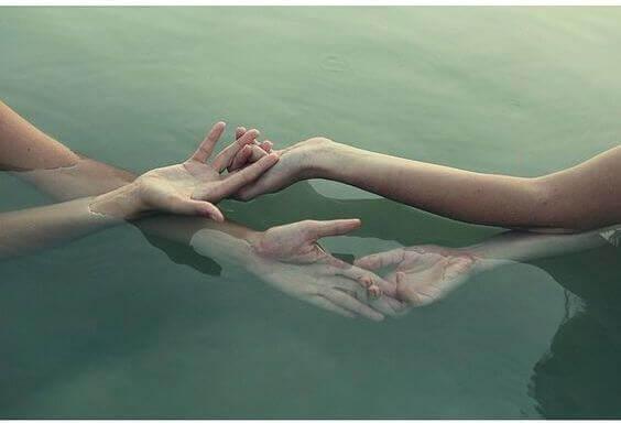 maos-juntas-na-agua