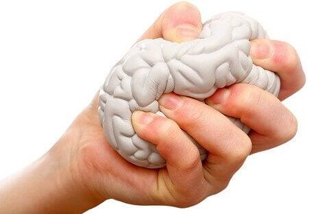 mao-amassando-cerebro