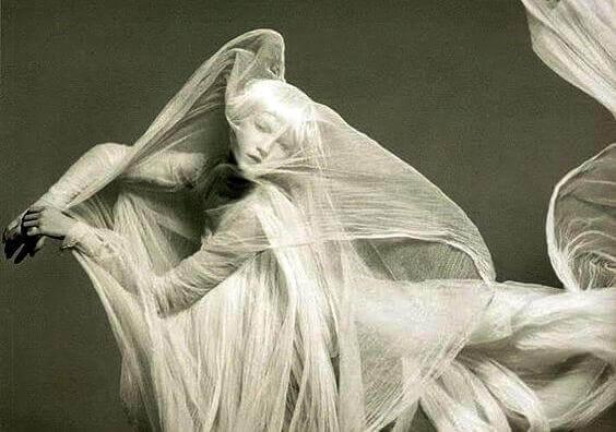 mulher-envolta-em-tecidos