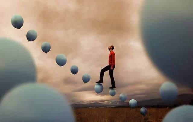 homem-subindo-escada-de-baloes