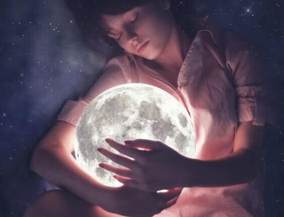 menina-abracando-a-lua
