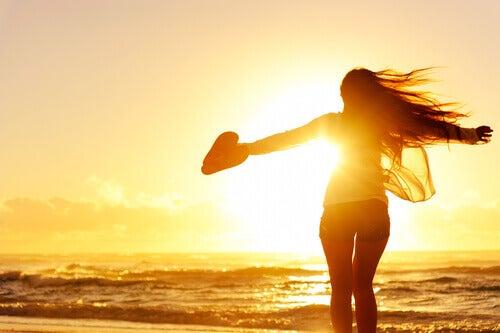 mulher-feliz-nascer-do-sol