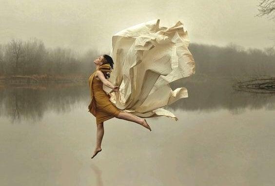 mulher-dancando-lago