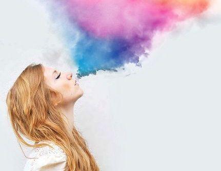 mulher-nuvem-de-cores