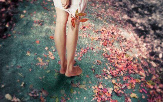 mulher-folhas