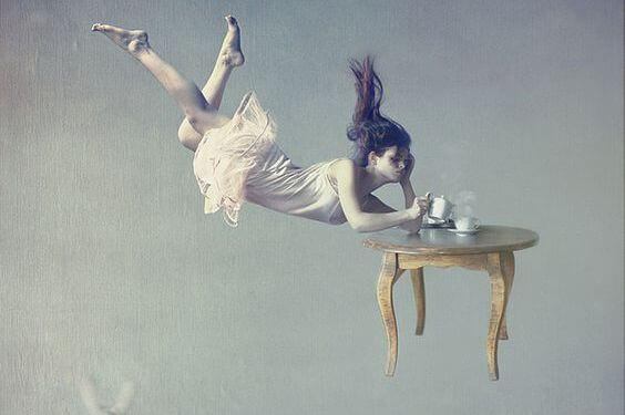 mulher-tomando-cha-flutuando
