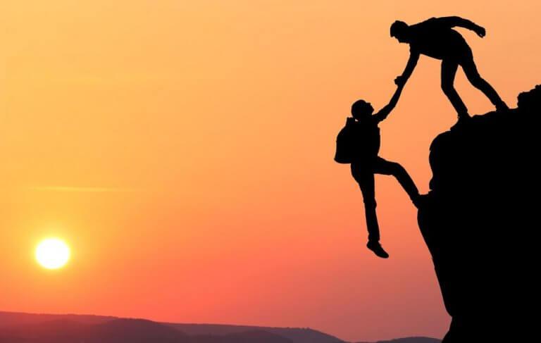 homem-ajudando-mulher-escalar