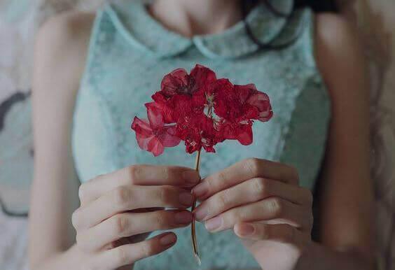 mulher-segurando-flor