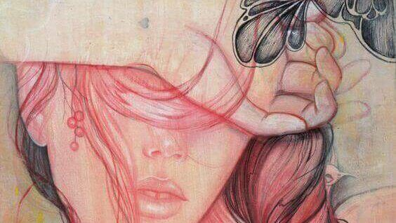 mulher-com-cabelo-cobrindo-olhos