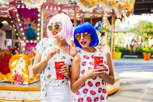 amigas-perucas-coloridas-parque