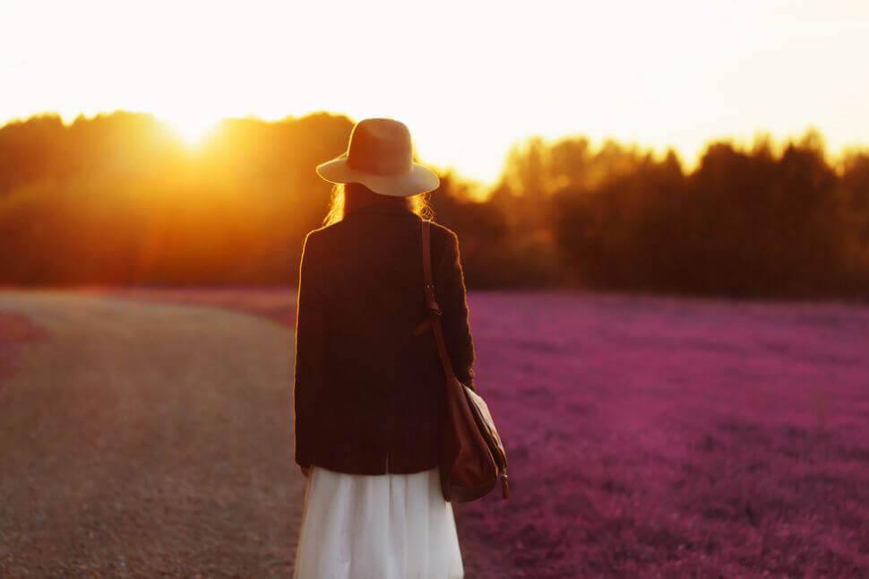 mulher-caminhando-paisagem-bonita